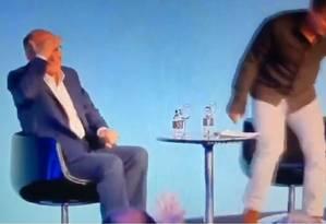 Constrangido com a gafé após ser alertado do erro por Luciano Huck, Alckmin leva a mão à cabeça Foto: Reprodução de vídeo / Twitter