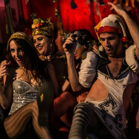 Público e atores se misturam nas performances do Cabaret Tá na Rua Foto: Rodrigo Ricordi