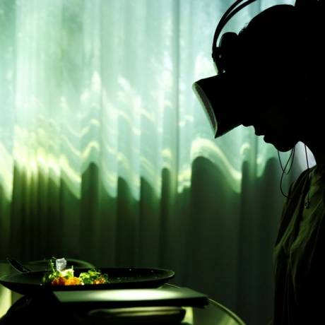 Mulher usa óculos de realidade virtual durante jantar no Tree by Naked, Yoyogi Park, em Tóquio, no Japão Foto: KIM KYUNG-HOON / REUTERS