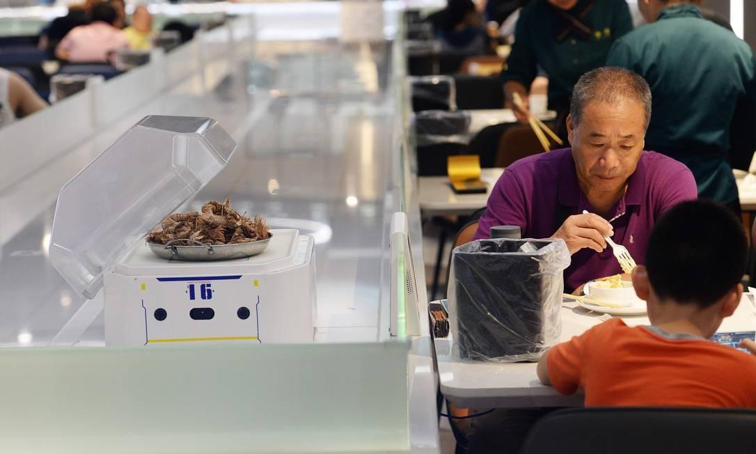 Clientes comem no Robot.He, restaurante em Xangai onde robôs fazem o trabalho dos garçons Albee Zhang / AFP