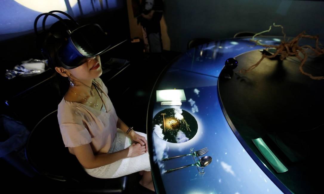 Cliente usa óculos de realidade virtual durante jantar no restaurante Tree by Naked, Yoyogi Park, em Tóquio, no Japão KIM KYUNG-HOON / Reuters