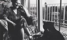 A escritora Doris Lessing e o seu gato Foto: Reprodução / Agência O Globo