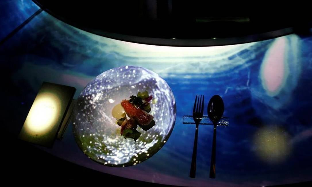 Em determinados momentos, mesas e pratos recebem também projeções que interagem com os ingredientes KIM KYUNG-HOON / REUTERS