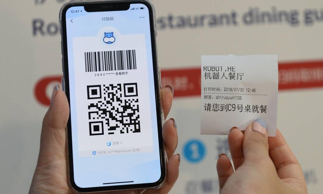 Tudo no restaurante é feito pelo aplicativo do Hema, inclusive a escolha do lugar onde o cliente vai se sentar ALBEE ZHANG / AFP