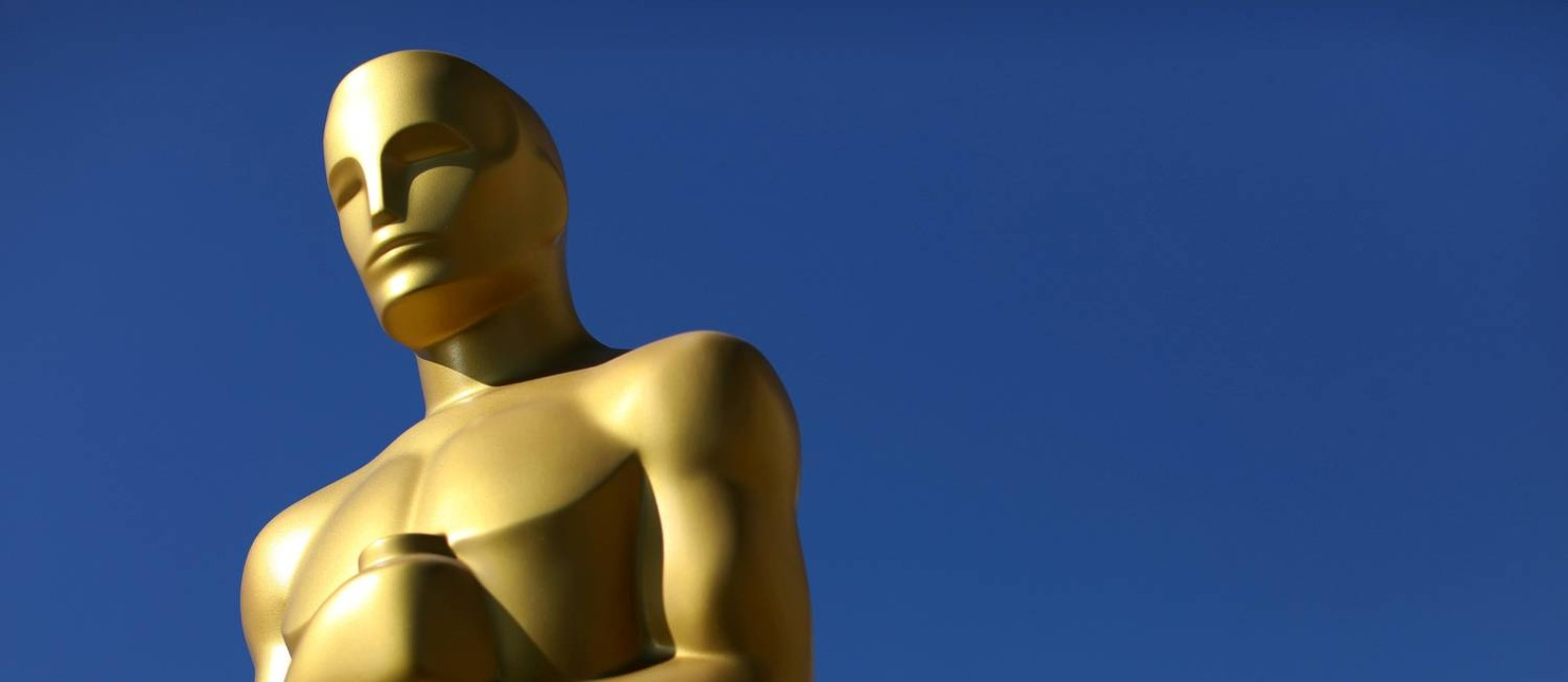 FILE PHOTO: Oscar statues dry in the sunlight after receiving a fresh coat of gold paint as preparations begin for the 89th Academy Awards in Hollywood, California, U.S., February 22, 2017. REUTERS/Mike Blake/File Photo Foto: Mike Blake / REUTERS