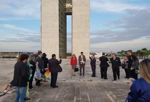 Cabo Daciolo apresenta a Câmara para visitantes Foto: Gabriel Hirabahasi / ÉPOCA