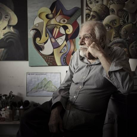 O músico e pintor Sergio Ricardo, em casa, com algumas das suas telas que pôs à venda Foto: Leo Martins / Agência O Globo