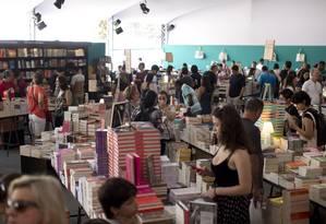 Movimento na Livraria da Travessa, na Flip 2018. Tenda foi montada na Praça da Matriz Foto: Márcia Foletto / Agência O Globo