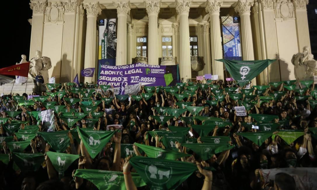 Manifestação diante da Alerj, no Rio Foto: Domingos Peixoto / Domingos Peixoto