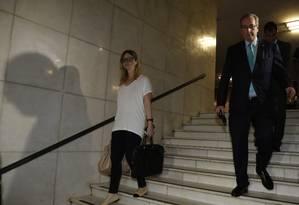 Danielle Cunha sai da Câmara dos Deputados acompanhada do pai, então presidente da Casa Foto: Aílton de Freitas / Agência O Globo/01-10-2015