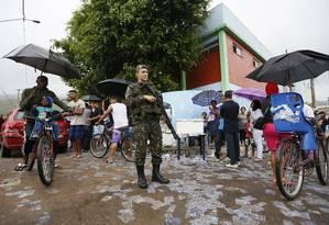 Soldado participa de operação de segurança nas eleições municipais de 2016 Foto: Pablo Jacob/Agência O Globo/02-10-2016