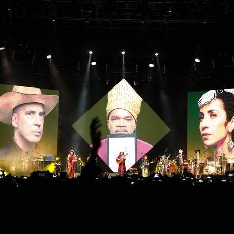 Arnaldo Antunes, Carlinhos Brown e Marisa Monte no palco e nos telões Foto: LEO AVERSA / Divulgação