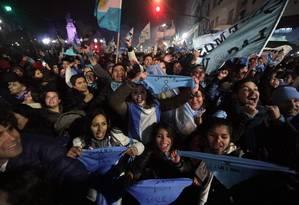 Manifestantes contra a legalização do aborto comemoram a rejeição da interrupção da gravidez pelo Senado argentino Foto: ALBERTO RAGGIO / AFP