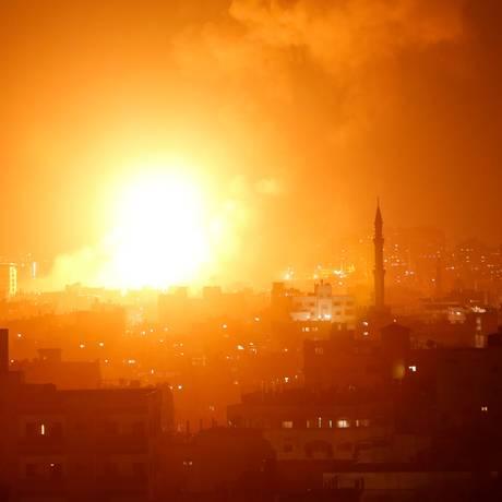 Uma explosão na Faixa de Gaza durante os ataques dos mísseis israelenses Foto: MAHMUD HAMS / AFP