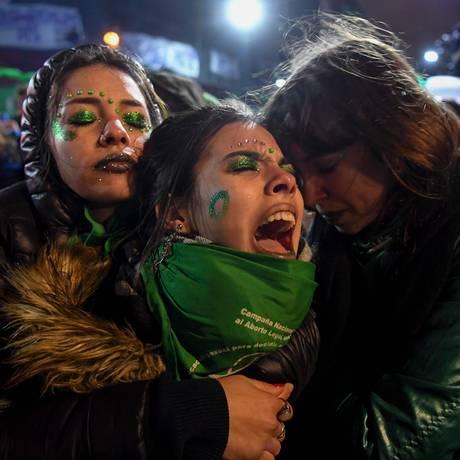 Ativista a favor da regulamentação do aborto na Argentina chora após Senado do país rejeitar a proposta Foto: EITAN ABRAMOVICH / AFP