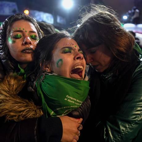 Questão dividiu a Argentina e descriminalização pode reduzir impacto negativo da decisão do Senado entre setores progressistas. Na foto, ativistas lamentam a derrota do projeto de legalização Foto: EITAN ABRAMOVICH / AFP