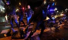 Homem é detido por policiais após Senado argentino rejeitar proposta de legalização do aborto Foto: MARCOS BRINDICCI / REUTERS