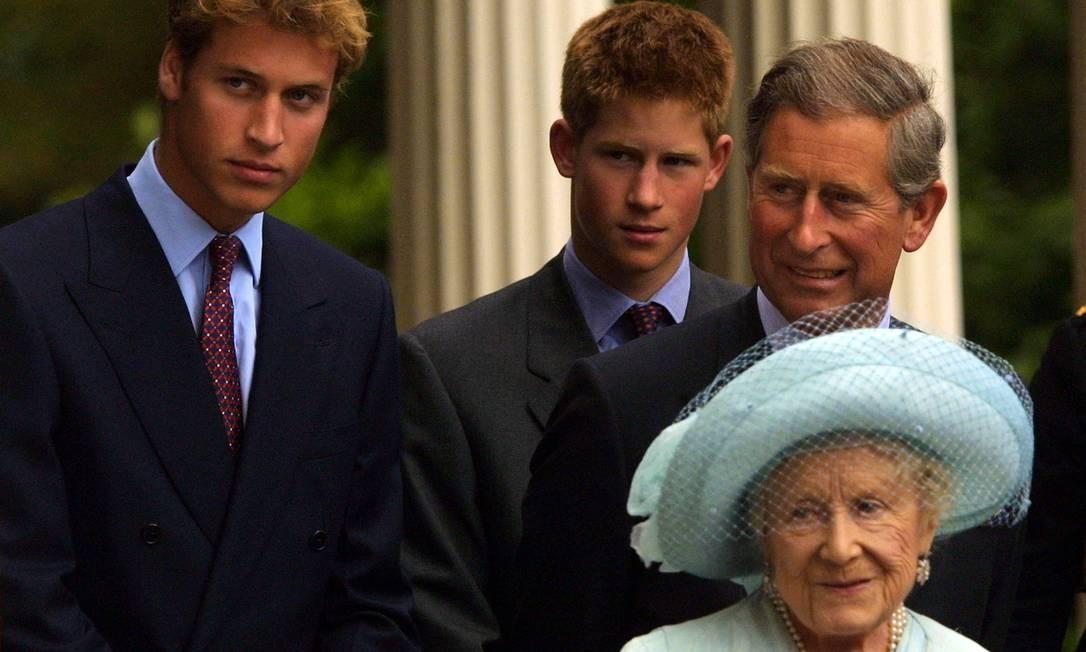 William, Harry, Charles e a rainha-mãe Foto: Sion Touhig / Getty Images