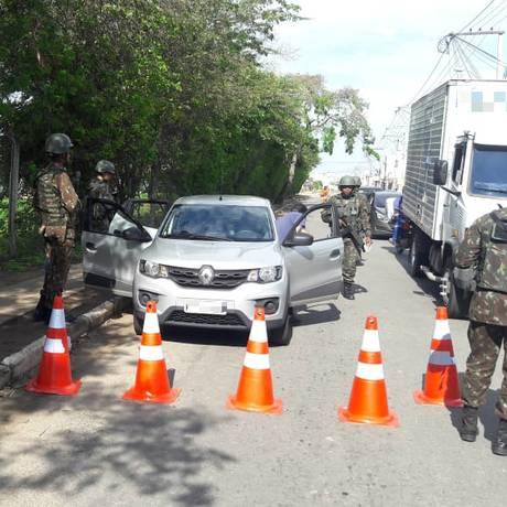 Militares revistam carro em Campos dos Goytacazes, no Norte Fluminense Foto: Divulgação/CML