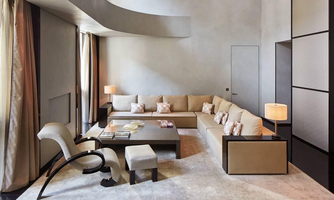 A estética minimalista do designer dá o tom do espaço, que transmite uma sensação de conforto, mas sem deixar de lado a sofisticação, assim como as roupas do estilista Foto: Divulgação