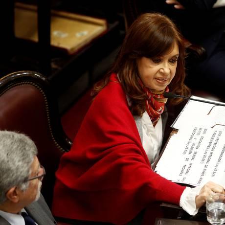 A senadora e ex-presidente Cristina Kirchner votou a favor da proposta de legalização do aborto Foto: MARTIN ACOSTA / REUTERS