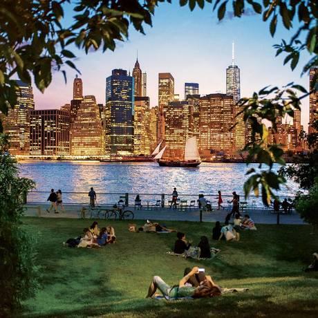 Prédios de Manhattan vistos a partir do Brooklyn Bridge Park, do outro lado do Rio East Foto: JULIENNE SCHAER / NYC & Company / Divulgação