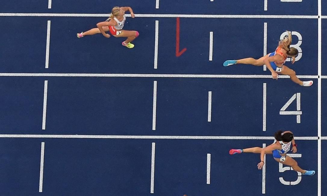 Laviai Nielsen, da Grã-Bretanha, vence a corrida feminina de 400m STF / AFP