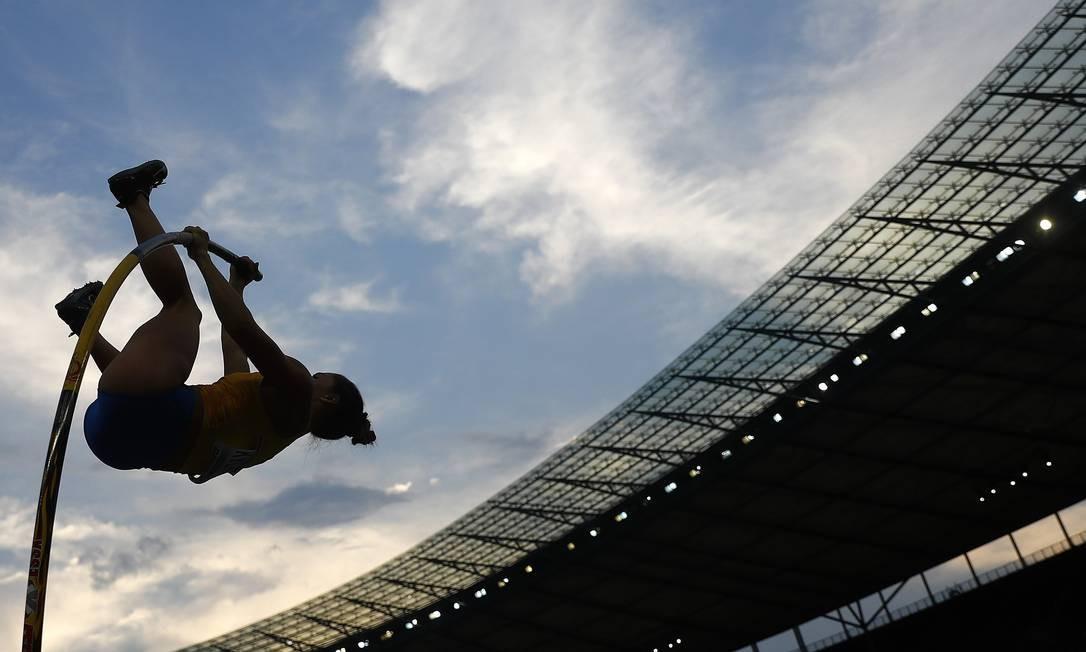 Maryna Kylypko, da Ucrânia, concorre no salto com vara feminino - Estádio Olímpico, Berlim, Alemanha KAI PFAFFENBACH / REUTERS