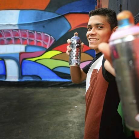 Grafite. O artista paulistano Ronito Delgado fez uma imersão em Niterói e reproduziu cartões-postais da cidade Foto: Roberto Moreyra / roberto moreyra
