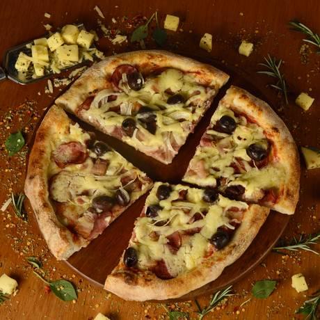 À italiana. A Lucca Forneria criou o combo com a pizza Favorita (massa italiana, molho de tomate, mozarela e calabresa) e dois chopes ou dois soft drinks: R$ 69