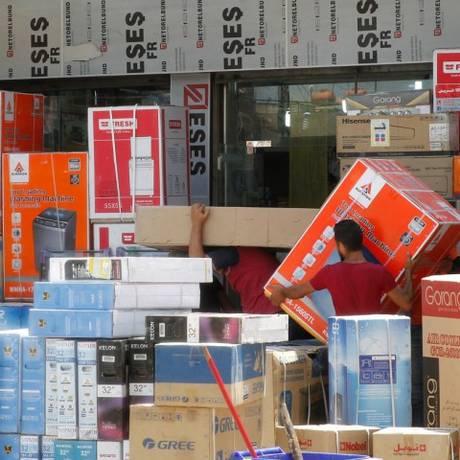 Trabalhadores no Iraque, em Bagdá, entre eletrodomésticos importados do Irã Foto: SABAH ARAR / AFP