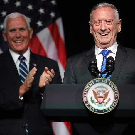 Jim Mattis apresenta o vice Mike Pence, no Pentágono Foto: CHIP SOMODEVILLA / AFP