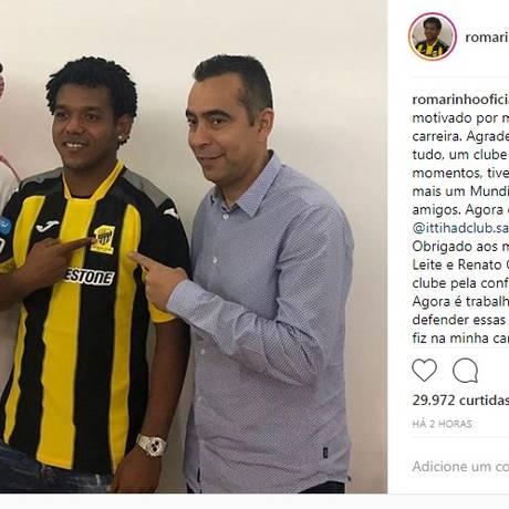 Romarinho veste a camisa do novo clube árabe Foto: Reprodução