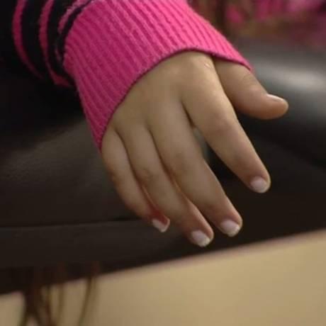 Detalhe da mão de uma criança vítima de estupro resgata por policiais Foto: Reprodução/TV Globo