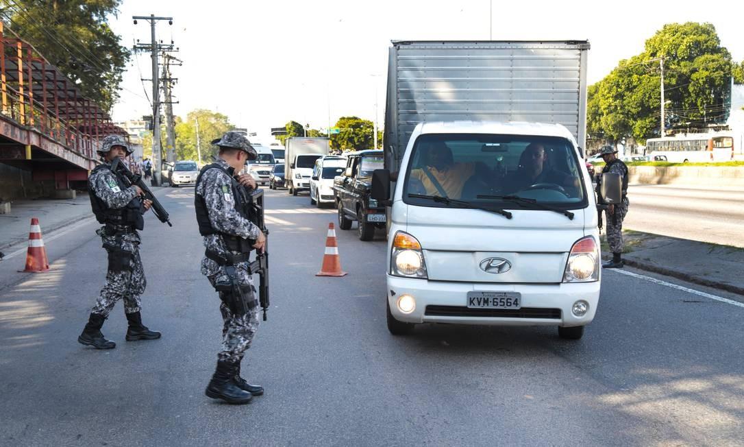 Agentes da Força Nacional de Segurança fazem blitz em Guadalupe, na Zona Norte, para inibir os ataques a motoristas de caminhão: dados da Secretaria de Segurança mostram que o estado registrou 729 roubos de carga em julho Foto: Marcos Ramos / Agência O Globo