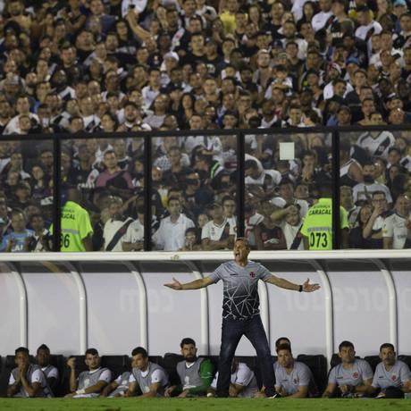 O técnico Jorginho gesticula na vitória do Vasco sobre a LDU, em São Januário Foto: Alexandre Cassiano / Agência O Globo