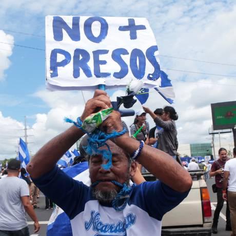 Manifestante protesta em Manágua contra prisões arbitrárias do governo de Daniel Ortega Foto: OSWALDO RIVAS / REUTERS