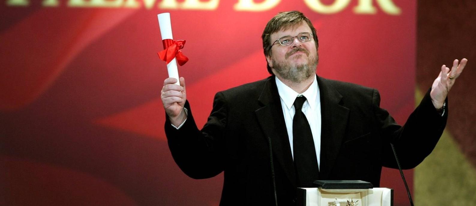 Moore ao receber a Palma de Ouro por 'Fahrenheit 9/11', em 2004: prestes a lançar