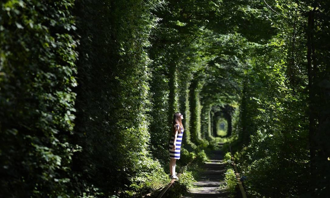 "Mulher posa dentro do chamado ""Tunnel of Love"", perto do vilarejo de Klevan, na Ucrânia Foto: SERGEI SUPINSKY / AFP"