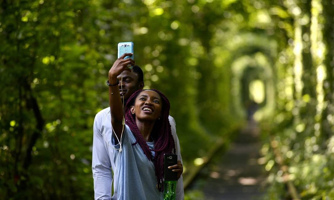 """O lugar virou uma febre entre os que buscam """"a selfie perfeita"""", como este casal Foto: SERGEI SUPINSKY / AFP"""