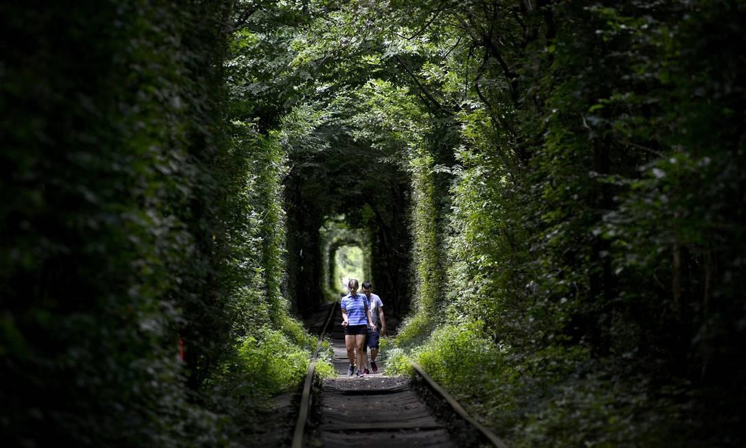 Muitas pessoas são atraídas pela lenda que diz que os desejos dos casais apaixonados se tornam realidade após passarem pelo túnel Foto: SERGEI SUPINSKY / AFP