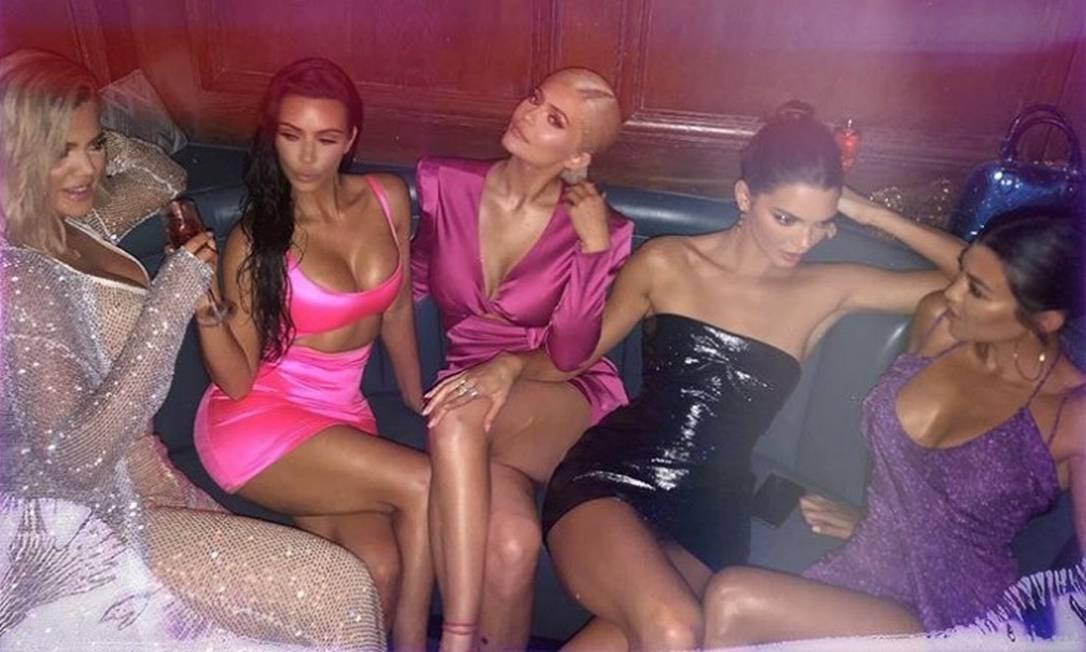 Kylie (ao centro) badalou a data com as irmãs (da esquerda para a direita) Khloé Kardashian, Kim Kardashian, Kendall Jenner e Kourtney Kardashian Foto: Reprodução/Instagram