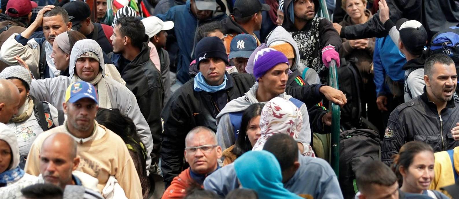 Venezuelanos fazem fila para registrar sua saída da Colômbia e entrar no Equador Foto: STRINGER / REUTERS