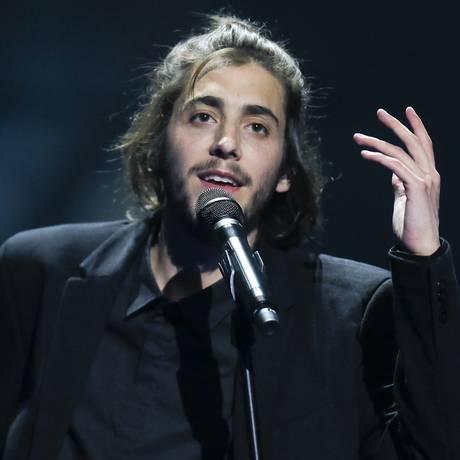 Salvador Sobral canta 'Amar pelos dois' no ensaio para a final do Eurovision, em Kiev, Ucrânia,em maio Foto: Efrem Lukatsky / AP