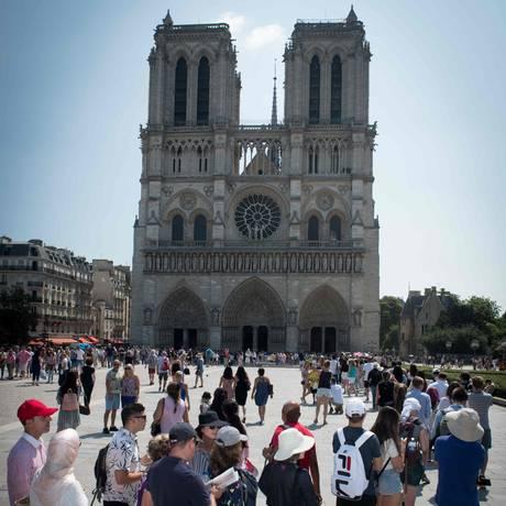Turistas fazem fila para entrar na Catedral de Notre-Dame, o ponto mais visitado de Paris Foto: GERARD JULIEN / AFP