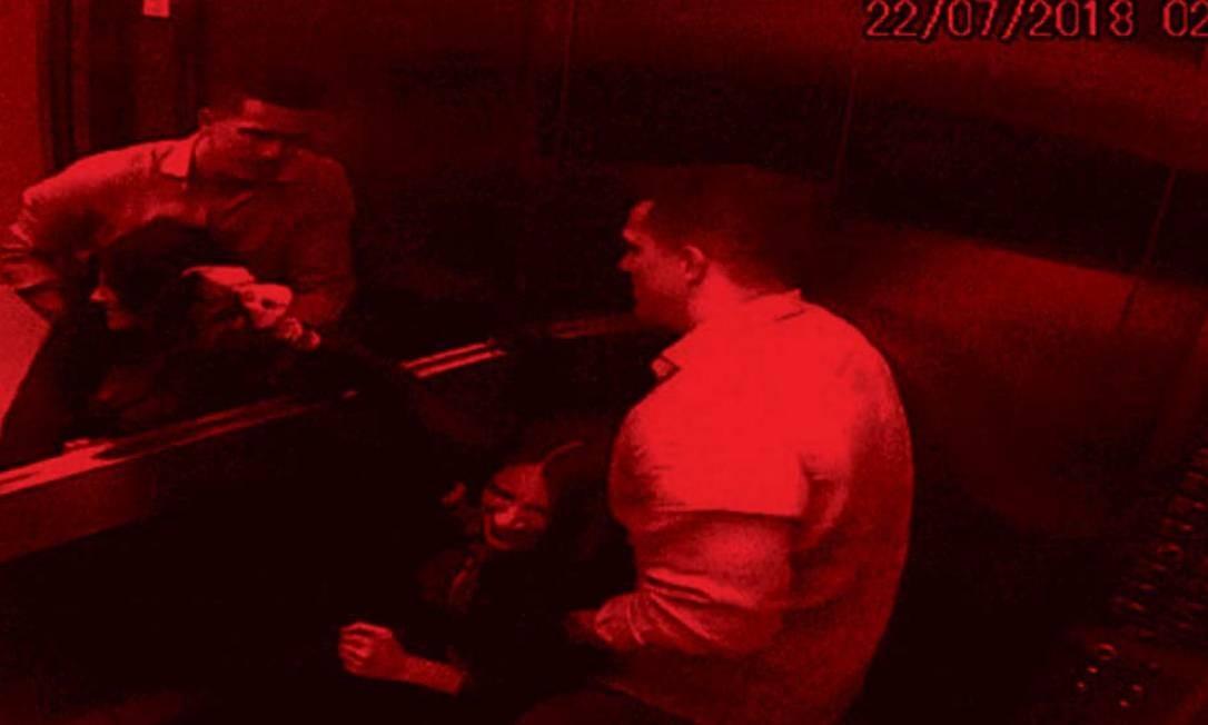 Na sequência de imagens das câmeras de segurança do prédio, a advogada Tatiane Spitzner é agredida pelo marido, Luís Felipe Manvailer Foto: Reprodução