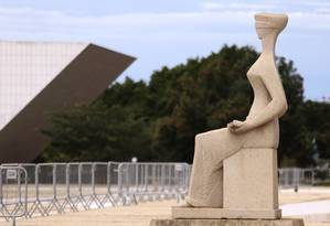 Estátua da Justiça, em frente ao STF, na Praça dos Três Poderes Foto: Jorge William/Agência O Globo/09-02-2018