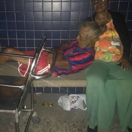 Amparado pela companheira, Jonas aguarda o resultado de exames de urina e de sangue num banco de concreto na porta da emergência do Hospital Pedro II: quatro horas ao relento Foto: Flávia Junqueira