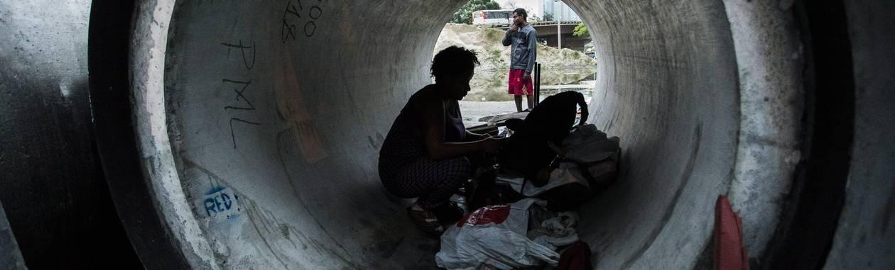 Vanessa Ribeiro, de 26 anos, e Sérgio Henrique da Silva, de 30, vivem dentro de manilhas deixadas há meses na praça do Trevo das Forças Armadas, perto da Avenida Presidente Vargas Foto: Guito Moreto / Agência O Globo
