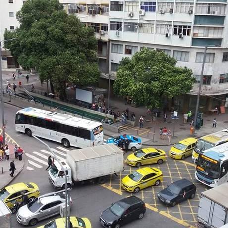 Moradores registraram que corpo de idosa ficou durante horas debaixo do ônibus aguardando retirada Foto: Reprodução / Facebook